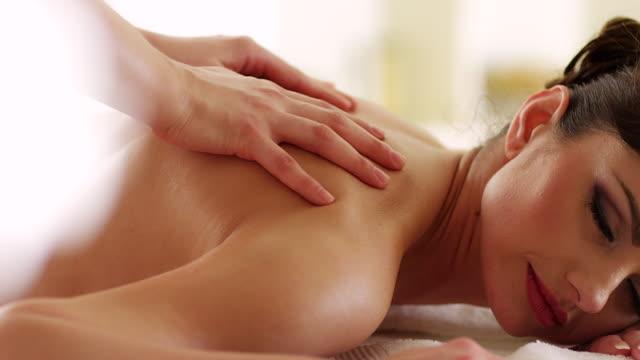 ung kvinna som fick ryggmassage - massageterapeut bildbanksvideor och videomaterial från bakom kulisserna