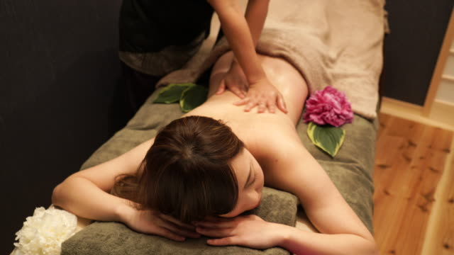 Joven mujer que recibe el masaje de aceite - vídeo