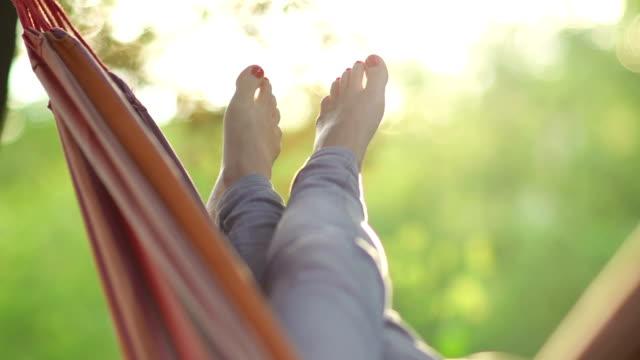 giovane donna di relax su un'amaca - amaca video stock e b–roll