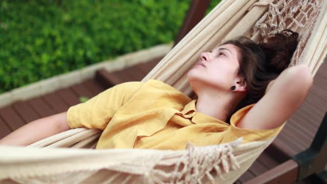 ung kvinna avkopplande liggande på hängmatta - helgaktivitet bildbanksvideor och videomaterial från bakom kulisserna