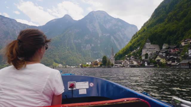 junge Frau Reiten Boot genießen Blick auf berühmte Ort Hallstatt Bergsee – Video