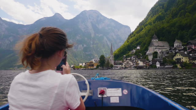junge Frau Reiten Boot Fotografieren der berühmte Ort Hallstatt Bergsee – Video
