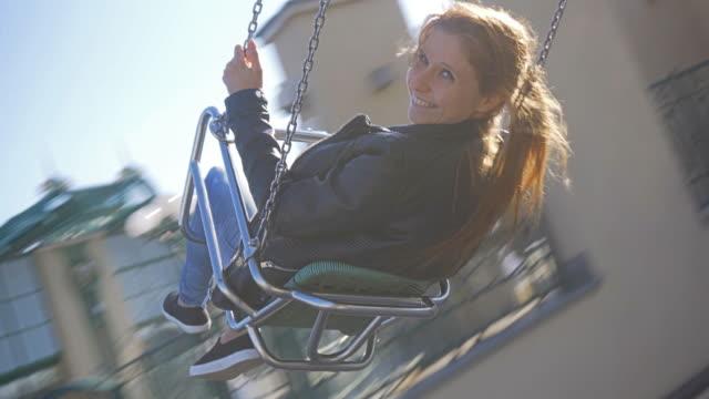 若い女性 chairoplane の乗馬 ビデオ