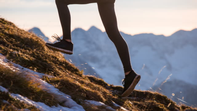 ung kvinna kör upp på berget - jogging hill bildbanksvideor och videomaterial från bakom kulisserna