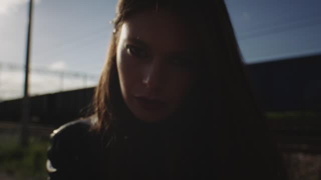 vidéos et rushes de jeune femme triste sur le chemin de fer. - femme seule s'enlacer