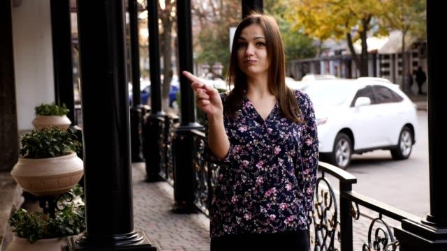 ung kvinna säga nej genom att skaka huvudet och viftar sitt finger som kasserar gest, håller inte tecken. känslomässiga ansikte uttryck. - människohuvud bildbanksvideor och videomaterial från bakom kulisserna