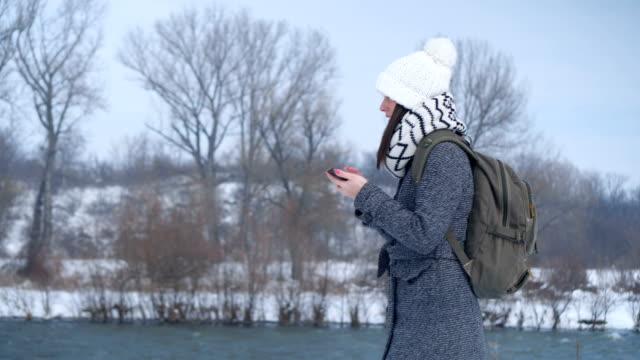 Junge Frau Suche Lage am smartphone – Video