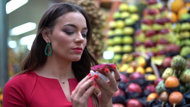 junge frau, die auf dem lokalen markt einkaufen - spanisches essen stock-videos und b-roll-filmmaterial