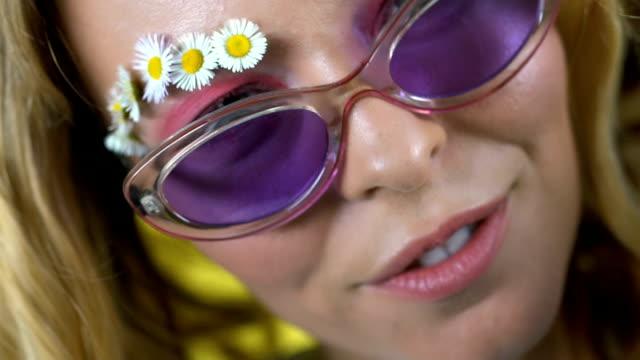 stockvideo's en b-roll-footage met jonge vrouw met haar mooie, gezonde haren, natuurlijke shampoo en balsems - lipbalsem