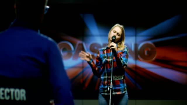 stockvideo's en b-roll-footage met jonge vrouw zingen - competitie