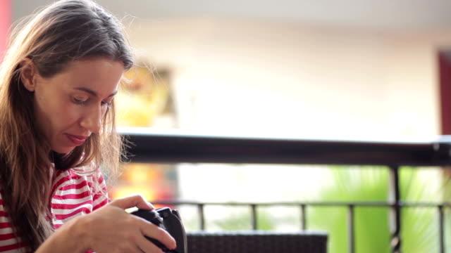 vídeos de stock e filmes b-roll de jovem mulher sentada no sofá com um homem - coffee table