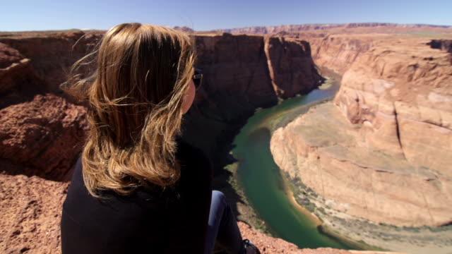 junge frau am rande des grand canyon - grand canyon stock-videos und b-roll-filmmaterial