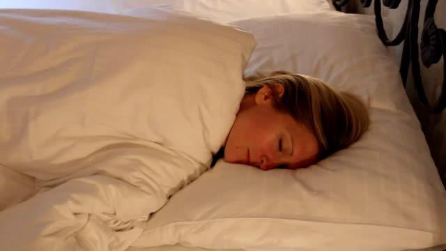 stockvideo's en b-roll-footage met jonge vrouw slapen in bed, goed dromen - s