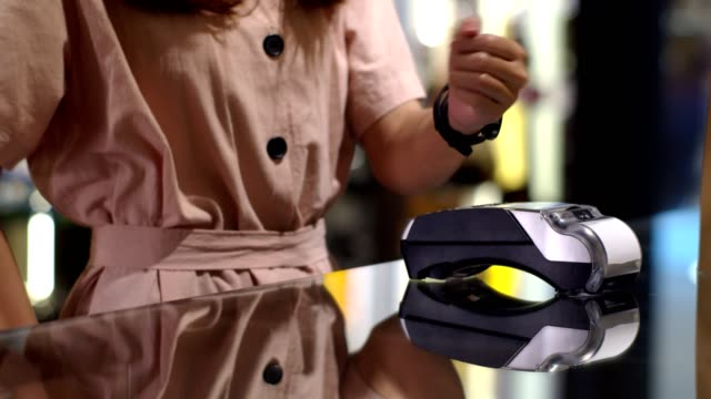 junge frau smart uhr kontaktloses bezahlen im shop - kleine uhr stock-videos und b-roll-filmmaterial