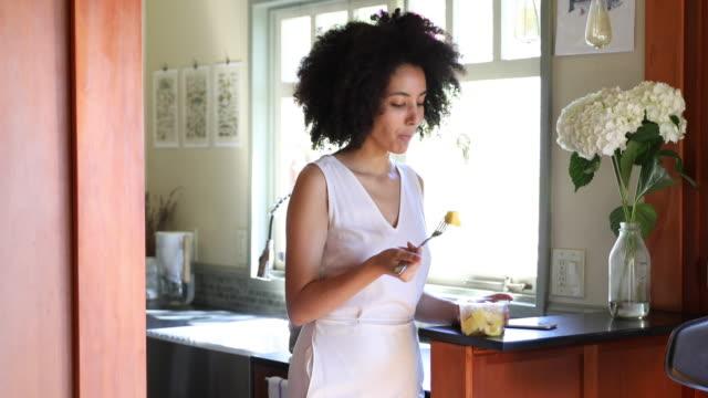 vídeos de stock, filmes e b-roll de jovem mulher passar um dia relaxante na sua bela casa - afro americano