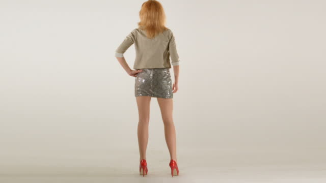 Young woman standing back, su ropa cambio - vídeo