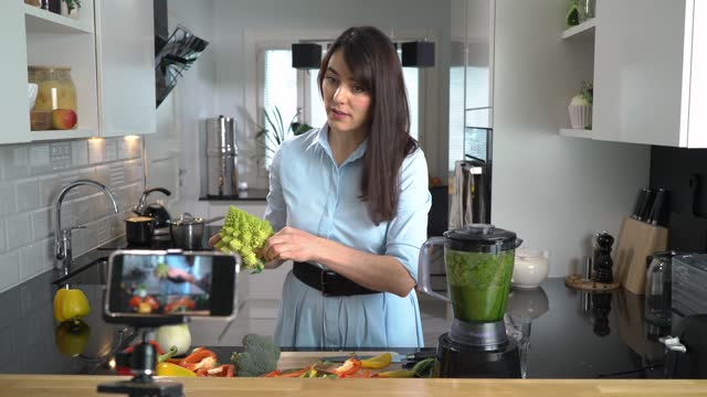 vídeos de stock e filmes b-roll de young woman streaming video blog about tasty and healthy food - contente