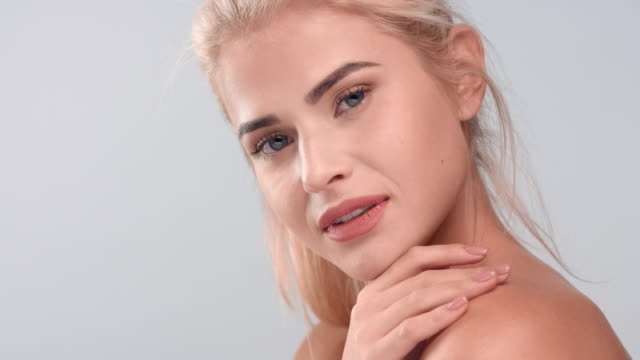 vidéos et rushes de jeune femme tendrement touchant sa peau douce | concept de soin de la peau - perfection