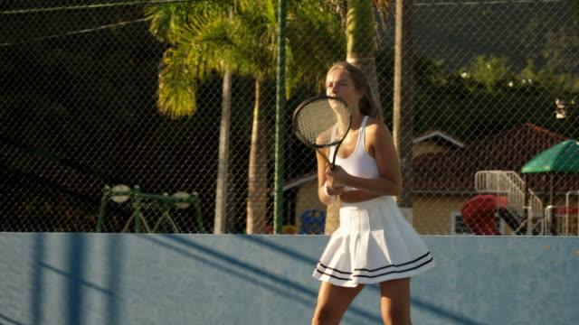 若い女性テニスプレーヤー - テニス点の映像素材/bロール