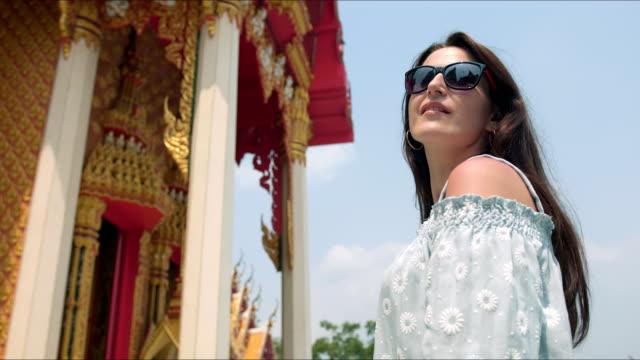 ung kvinna touirist sightseeing buddhistiska tempel - pattaya bildbanksvideor och videomaterial från bakom kulisserna