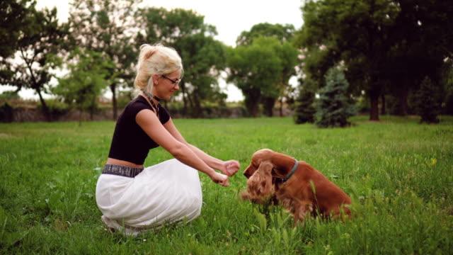 Jeune femme entraîner son chien - Vidéo