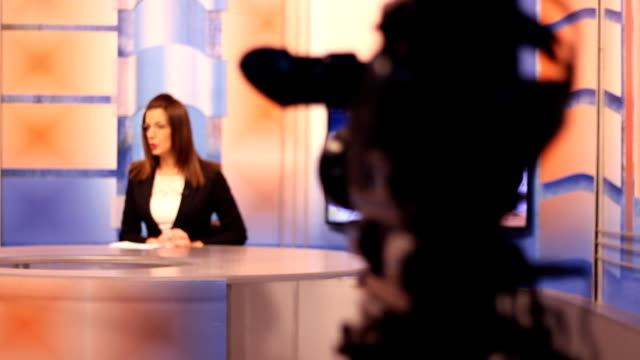 若い女性テレビ司会者、グリーン スクリーンの背景 - ジャーナリスト点の映像素材/bロール