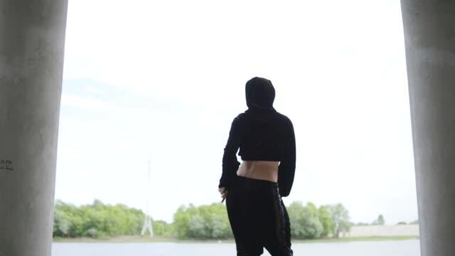 vidéos et rushes de extérieur de la jeune femme twerking - twerk
