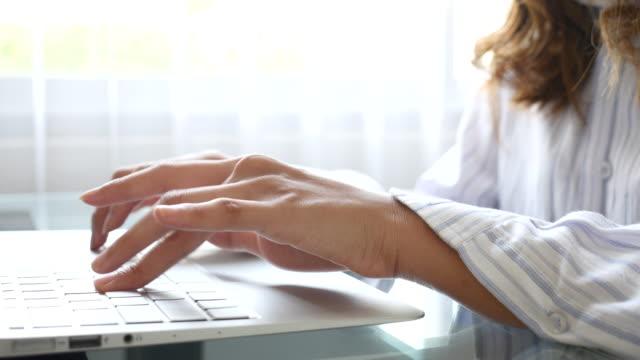 vídeos de stock, filmes e b-roll de digitando no teclado de um laptop - log on