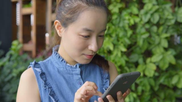 若い女性の携帯電話の使用 - 日本人のみ点の映像素材/bロール