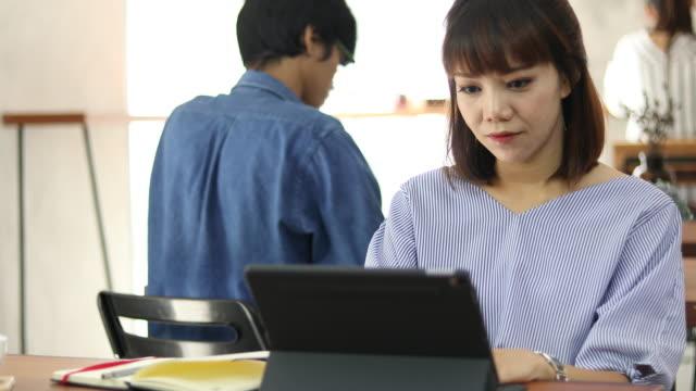 カフェでノート パソコンを使用しての若い女性 - 空白点の映像素材/bロール
