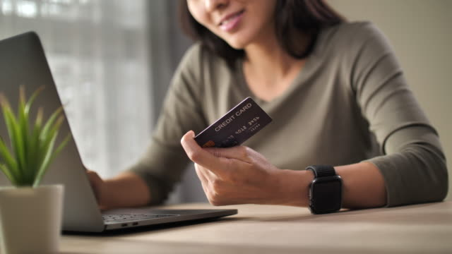 genç kadın kredi kartı ödeme kullanma - sipariş vermek stok videoları ve detay görüntü çekimi