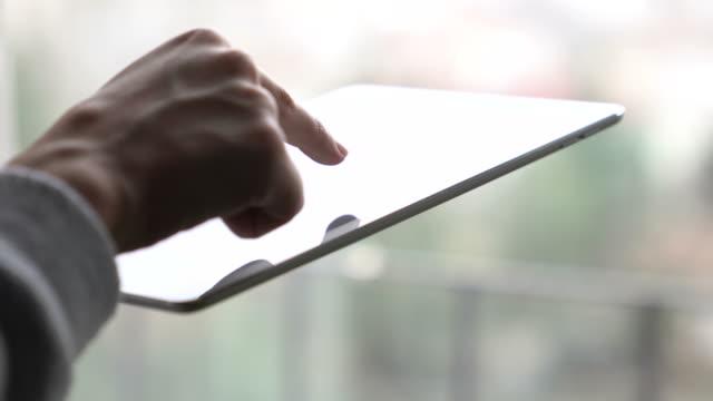 stockvideo's en b-roll-footage met jonge vrouw met behulp van digitale tablet - een tablet gebruiken