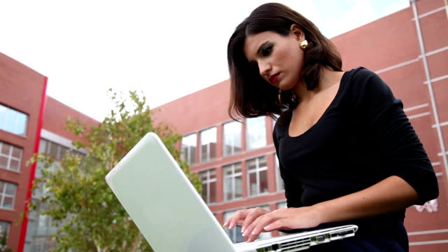 junge frau mit laptop - mouse pad stock-videos und b-roll-filmmaterial