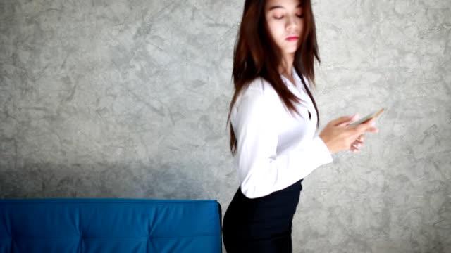 vídeos de stock, filmes e b-roll de jovem mulher usando telefone celular  - saia