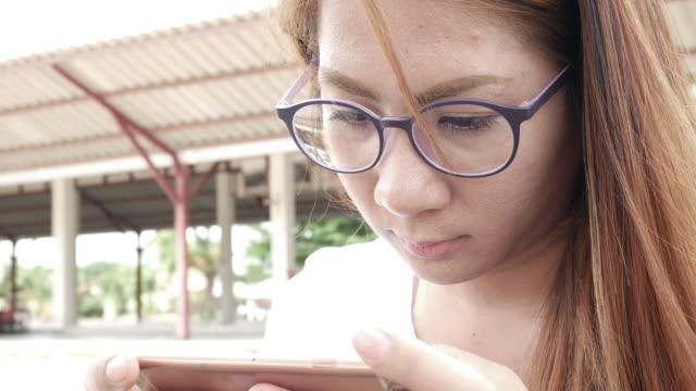 ung kvinna som använder smart phone - telefonmeddelande bildbanksvideor och videomaterial från bakom kulisserna