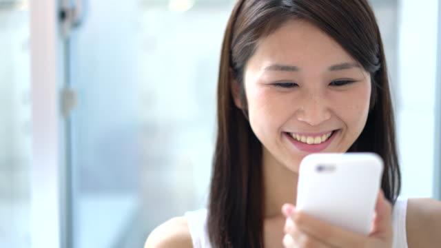 スマートフォンを使用して若い女性 ビデオ