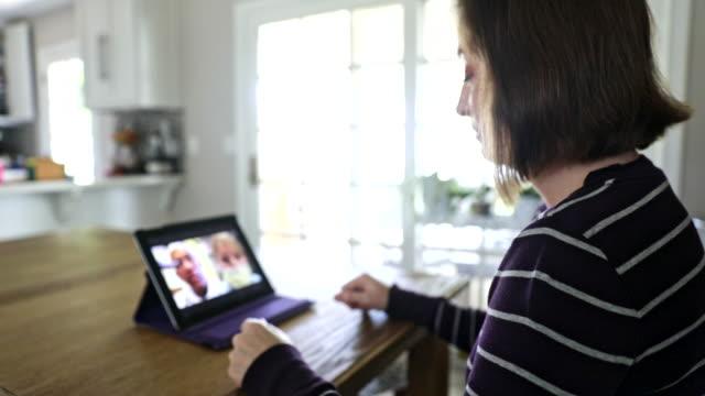 ung kvinna video samtal med läkare - videor med medicinsk undersökning bildbanksvideor och videomaterial från bakom kulisserna