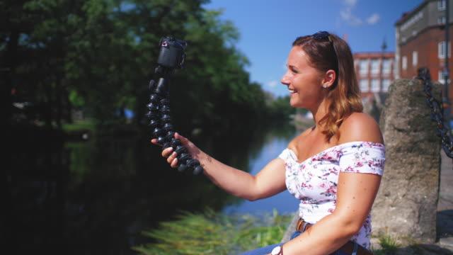 ung kvinna vlogging med videokamera - gothenburg bildbanksvideor och videomaterial från bakom kulisserna