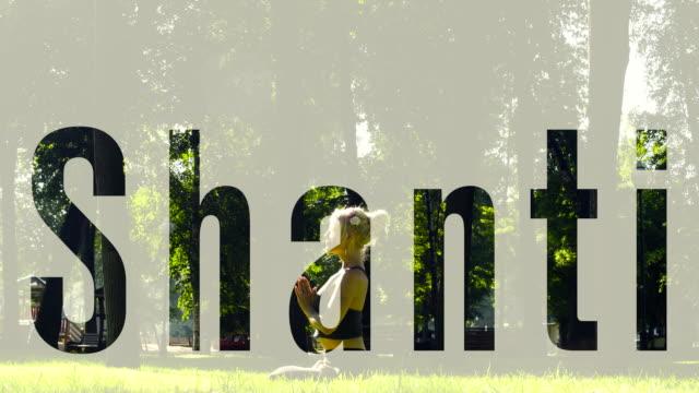 en ung kvinna gå barfota på gräset - korslagda ben bildbanksvideor och videomaterial från bakom kulisserna