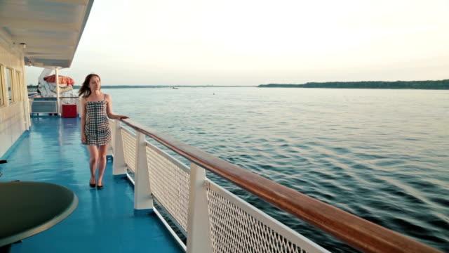 クルーズ船の甲板の上を歩く若い女性 - デッキ点の映像素材/bロール