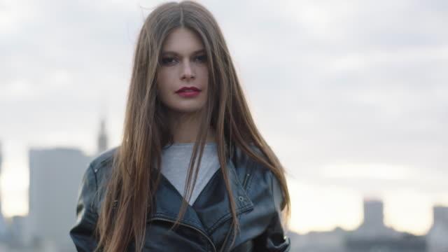 vídeos de stock, filmes e b-roll de mulher jovem caminhando no telhado - moda feminina