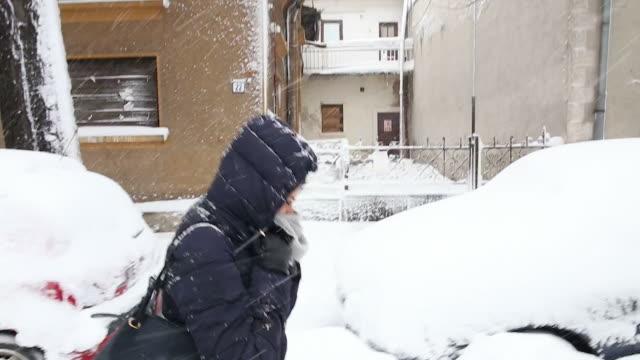 giovane donna cammina nella neve via. - guanto indumento sportivo protettivo video stock e b–roll