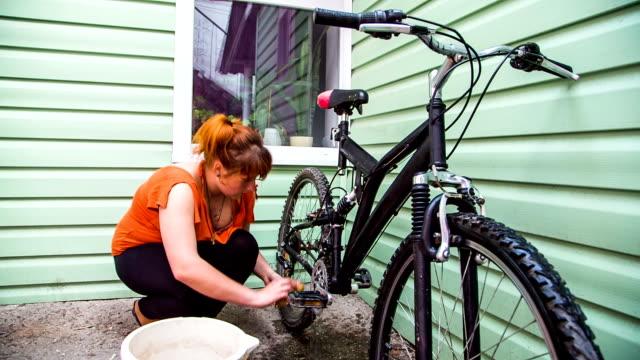 junge frau waschen auto, fahrrad - familienplanung stock-videos und b-roll-filmmaterial