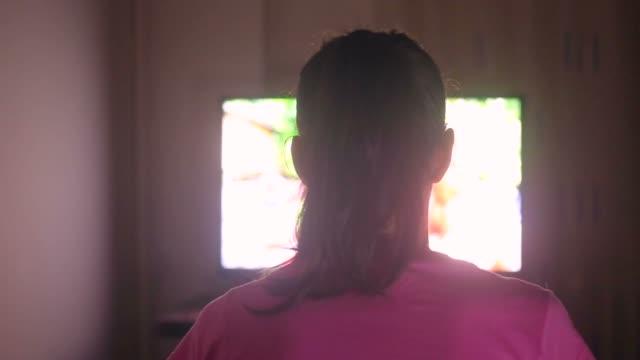 junge frau vor dem fernseher zu spät in der nacht. - starren stock-videos und b-roll-filmmaterial