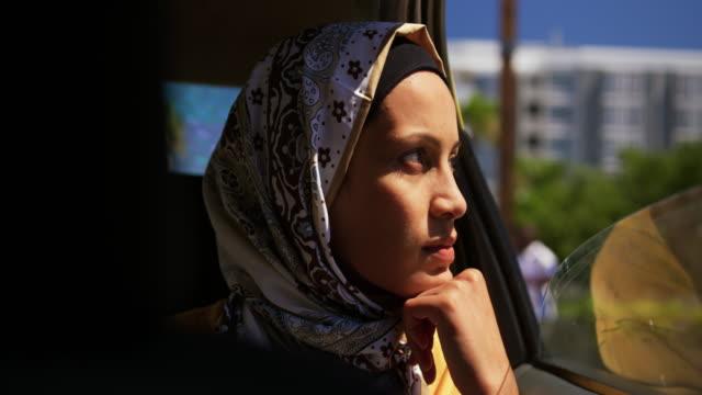 Junge Frau trägt Hijab aus und in der Stadt – Video