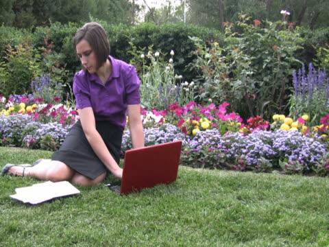 vídeos de stock e filmes b-roll de jovem mulher wiht computador portátil e ficheiros - só mulheres jovens