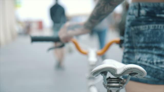 junge frau mit fahrrad - tätowierung stock-videos und b-roll-filmmaterial