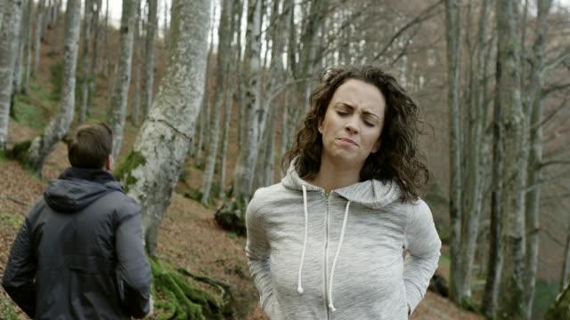 vídeos y material grabado en eventos de stock de mujer joven con dolor de espalda - columna vertebral humana