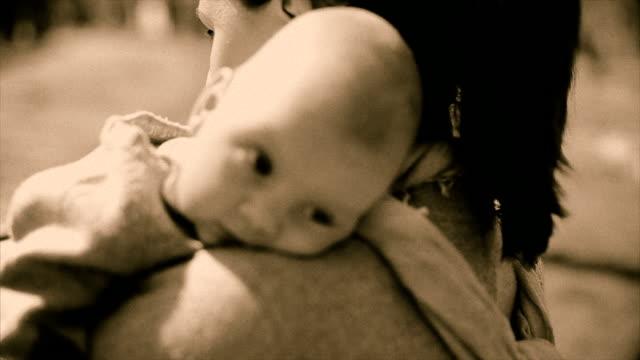 若い女性は彼女の小さな赤ちゃん旧ビデオ効果 ビデオ