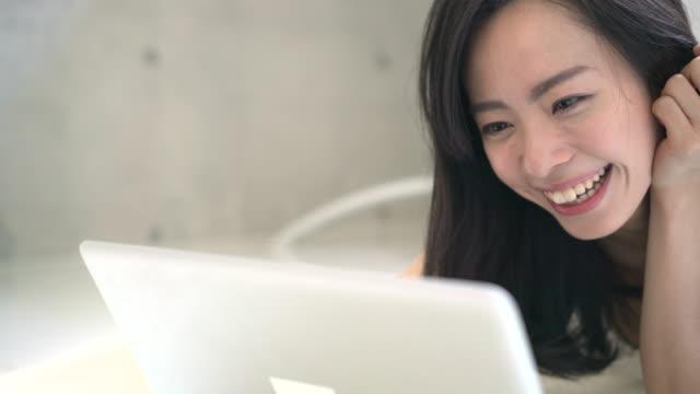 若い女性のラップトップ - パソコン 日本人点の映像素材/bロール
